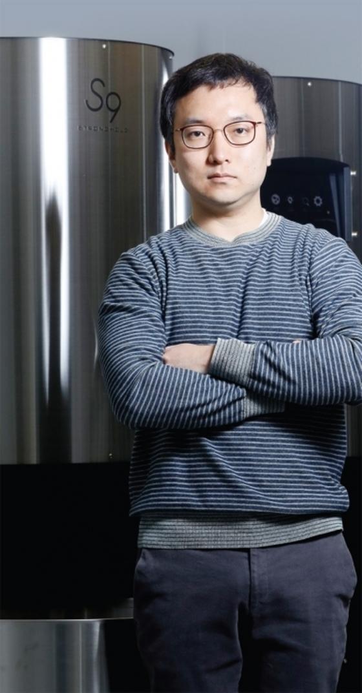 3월 6일 서울 독산동의 스트롱홀드 본사에서 만난 우종욱 대표가 8kg 대용량 로스터기 에스트리니타9 앞에서 포즈를 취하고 있다. / 사진:김경록 기자