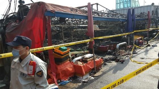 18일 오전 1시 36분쯤 인천시 남동구 소래포구 어시장에서 큰불이 났다. 인명 피해는 없었지만 이 불로 소래포구 재래시장 내 좌판 330곳 중 220곳과 점포20곳이 탔다. 최모란 기자