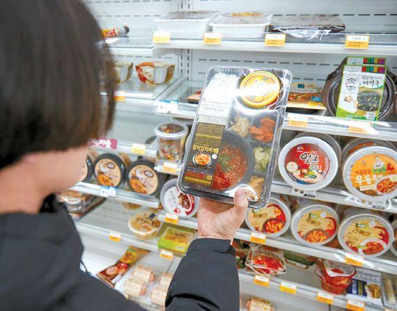 편의점 도시락·과자 같은 가공식품을 구입할 때는 열량·나트륨 등이 적힌 영양성분표를 확인해 영양소 섭취량을 조절해야 한다. 프리랜서 송경빈