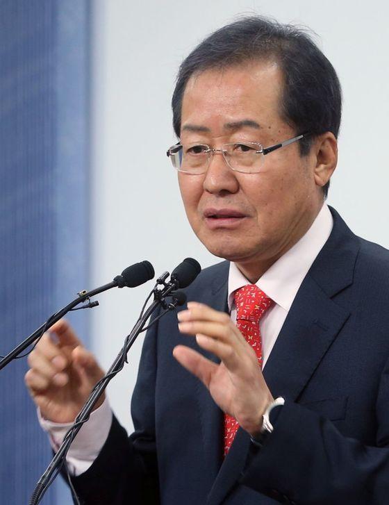 홍준표 후보가 19일 오전 서울 여의도 자유한국당 당사에서 기자간담회를 열었다. [중앙포토]