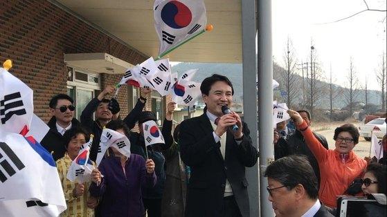 20일 경북 성주군 선남면 신부리를 찾은 김진태 자유한국당 의원이 지지자들 앞에서 발언하고 있다. 성주=김정석 기자