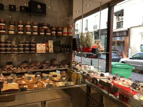 프랑스의 몇 안되는 독립적인 푸아그라 생산 브랜드인'라 메종 뒤베르네'의 매장.파테, 테린, 샤퀴테리 등 다양한 가공품도 판매한다.