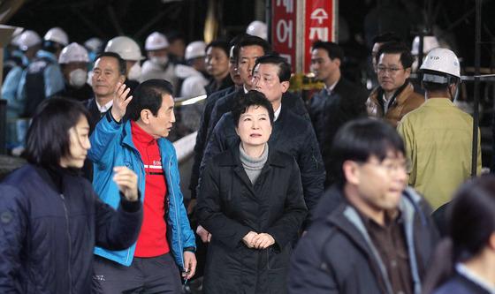 박근혜 전 대통령이 지난해 12월 1일 대구 서문시장을 방문했던 모습 [중앙포토]