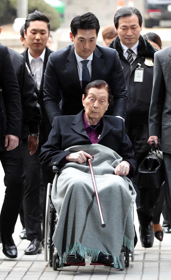 신격호 롯데그룹 총괄회장이 20일 서울중앙법에 출석하고 있다. [사진 김성룡 기자]