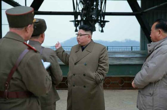 북한이 지난 18일 평안북도 동창리에서 신형 미사일 엔진 연소실험을 실시했다. 전문가들은 지난해 9월 실시한 엔진의 안정성을 높여 대륙간탄도미사일(ICBM)에 장착하기 위한 것으로 보고 있다. [사진 노동신문]