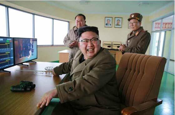 김정은 북한 노동당 위원장이 18일 서해위성발사장에서 신형 고출력 로켓엔진 지상분출시험을 참관하고 있다. [노동신문 캡처]