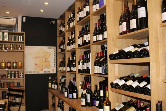 '레 쁘띠 도멘느'의 내부. 프랑스 각지의 소농장에서 올라온 와인들로 가득 차 있다. 주인 이자벨은 벽에 붙은 지도를 이용해 와인 생산지의 위치와 기후, 역사 등을 설명해준다.