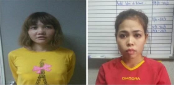 베트남인 도안 티 흐엉(29, 왼쪽),인도네시아인 시티 아이샤(25)는김정남을 살해한 혐의로 말레이시아 현지 경찰에 체포됐다. 흐엉이 'VX'를 아이샤는 '아민'을 김정남 얼굴에 묻혔던 것으로 파악된다.[사진 중앙포토]