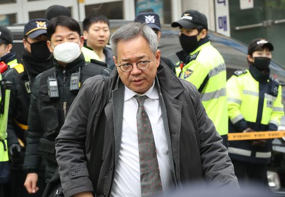 박근혜 전 대통령 대리인단이었던 정장현 변호사가 20일 서울 삼성동박 전 대통령 자택으로 들어가고 있다. 우상조 기자