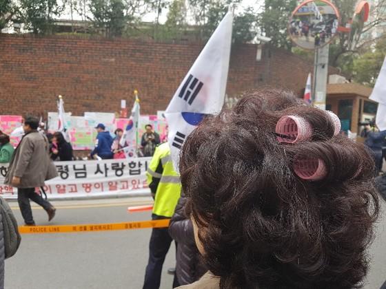 이 전 권한대행을 비난하기 위해 헤어롤을 하고 자택 앞을 찾은 시위자. 여성국 기자