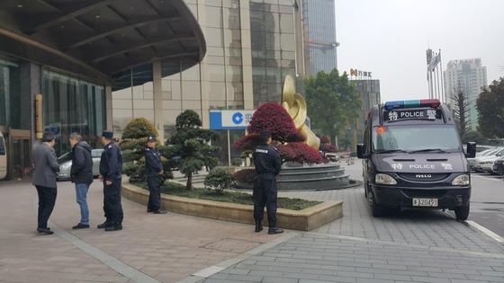 한국 축구 대표팀 숙소 앞을 경호하고 있는 중국 공안들. 창사(중국)=송지훈 기자