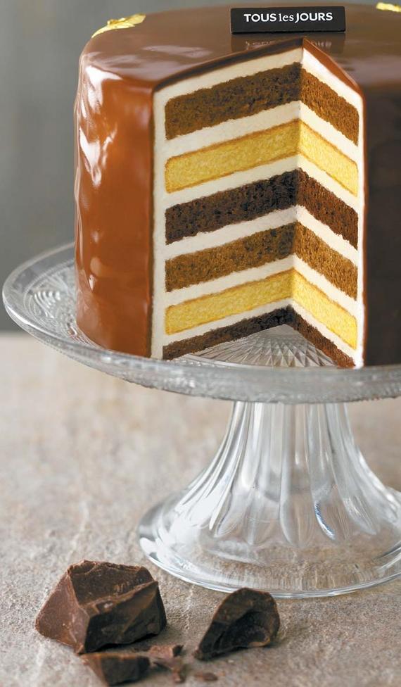 세 가지 맛 시트를 겹겹이 쌓아 만든 `초코골드레이어` 케이크.