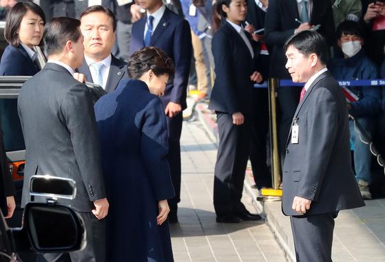 박근혜 전 대통령이 마중나온임원주 사무국장과 인사나누고 있다.조문규 기자