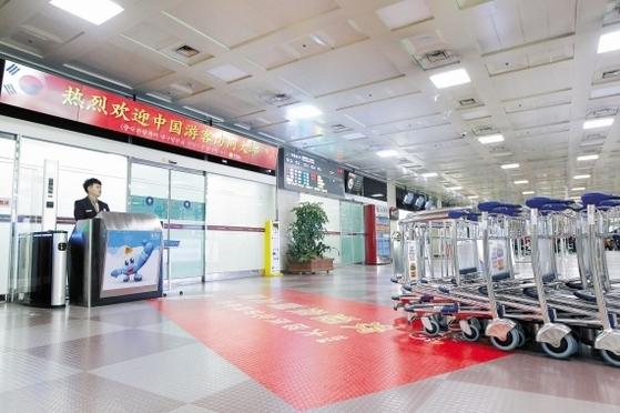 중국 정부가 한국에 '관광 보복'을 시작한 가운데 16일 대구국제공항 국제선 입국장 주변이 한산하다. 프리랜서 공정식