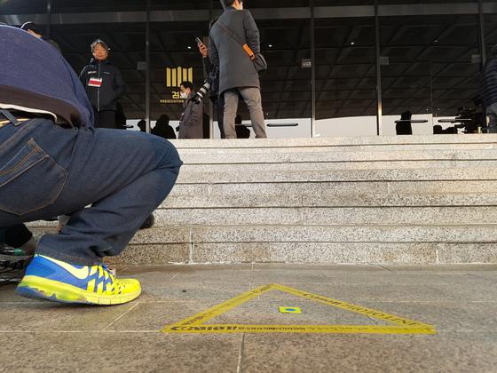 21일 오전 박 전 대통령이 서울중앙지검 청사에 도착하면 이 정문 앞에 서서 입장을 표명한 뒤 조사실로 향한다.중앙일보