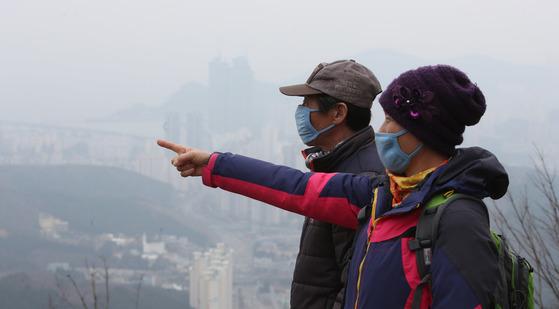 춘분인 20일 전국적으로 미세먼지가 한반도를 뒤덮자 등산객이 마스크를 쓴채 부산 남구 황령산을 등산하고 있다. 송봉근 기자