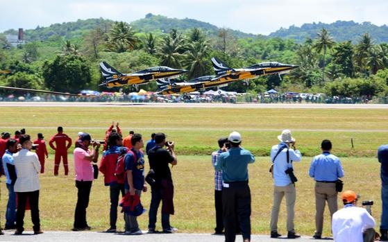 블랙이글스가 21일 말레이시아 LIMA 20'17 개막식 에어쇼를 위해 이륙하고 있다. [사진 공군]