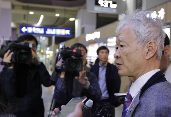박 전 대통령의 탄핵심판 변호인단이었던 서석구 변호사가 21일 동대구역에서검찰 수사를 비판했다. 대구=프리랜서 공정식