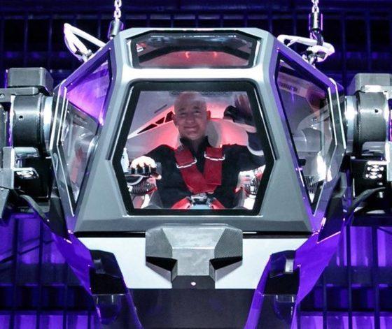 한국미래기술의 메소드-2에 올라타 신난 표정을 짓고있는 아마존 CEO 제프 베조스