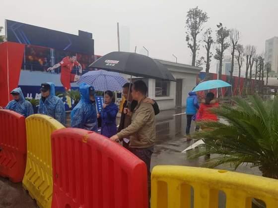 한국 취재진을 막아선 중국 공안들. 뒷편에 중국대표팀 훈련장을감싼 가림막이 보인다. 창사=송지훈 기자