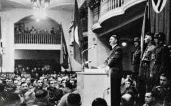 뮌헨의 호프집에서 강연회를 열고 있는 히틀러. 본인은 맥주를 즐기지 않았지만 사람들이 모이는 맥주집은 그의 정치활동 거점이었다.