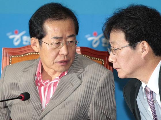 홍준표 경남도지사와 유승민 의원은 보수진영의 후보로 주목받는다. 2012년 당시 한나라당 최고위원회의에서 머리를 맞댄 두 사람. [중앙포토]