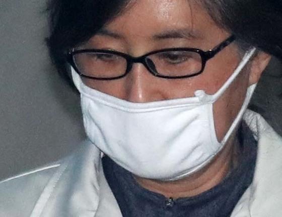 최순실이 마스크를 쓴채 21일 오후 서울중앙지법에서 열리는 재판에 출석하기 위해 이동하고 있다.강정현 기자