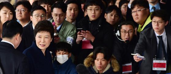 박근혜 전 대통령이 21일 서울 서초동 서울중앙지검에 피의자 신분으로 출석했다. [중앙포토]