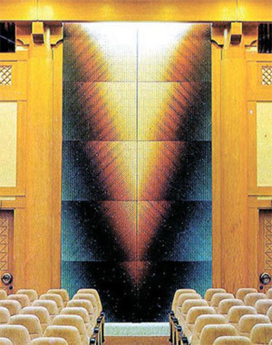 하동철의 '10개의 빛의 계단' 탄핵 심판정 맞은편의 이 그림은 어두움을 꾸짖는 하늘의 빛을 정면 응시하면 눈이 멀 수 있다는 메시지 아닐까. [사진 법률신문사]