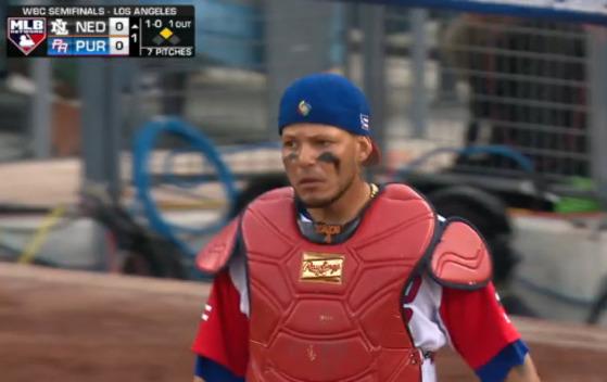 """1회 송구로 주자를 잡아낸 푸에르토리코 포수 야디어 몰리나. MLB 최고 포수로 불리는 몰리나는 오승환(세인트루이스)의 공을 받는 동료다. 이번 대회를 앞두고는 """"결승라운드에서 만나자""""는 말을 오승환에게 하기도 했다.[사진 MLB.com 중계화면 캡처]"""