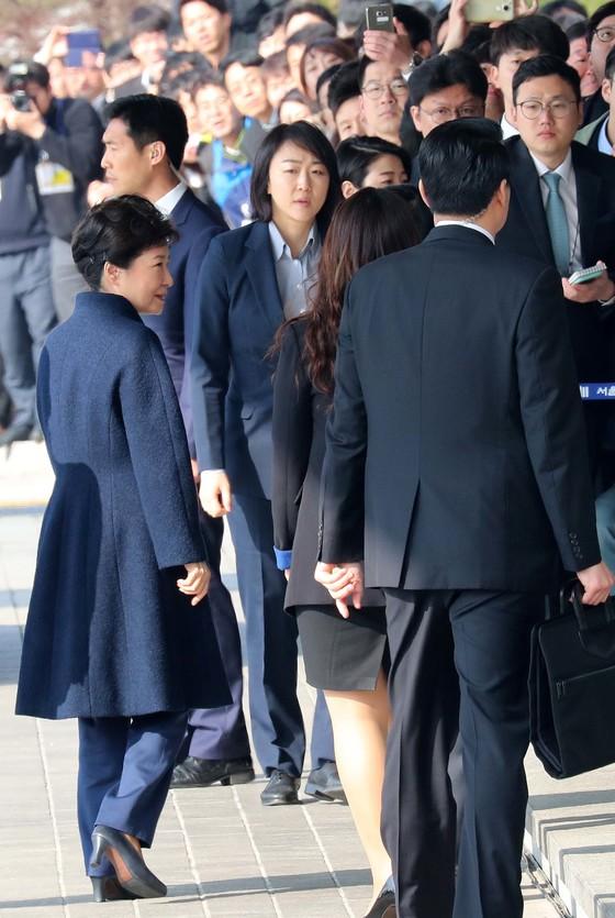 """박근혜 전 대통령이 피의자 신분으로 21일 오전 9시 24분쯤 서울중앙지검에 도착했다.전직 대통령으로서는 4번째 검찰 출석이다.박 전 대통령은 """"국민 여러분께 송구스럽게 생각한다.성실하게 조사에 임하겠다""""고 말하고 청사안으로 들어갔다.20170321.조문규 기자"""