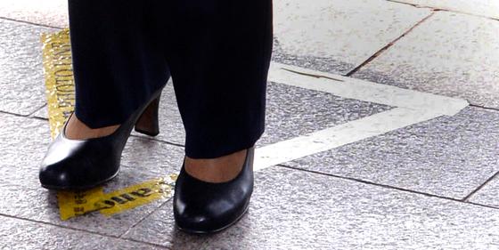 박근혜 전 대통령이 21일 오전 서울중앙지검 현관을 통해 청사로 들어가기에 앞서 발언을 하기위해 포토라인위에 서고 있다. [사진공동취재단]
