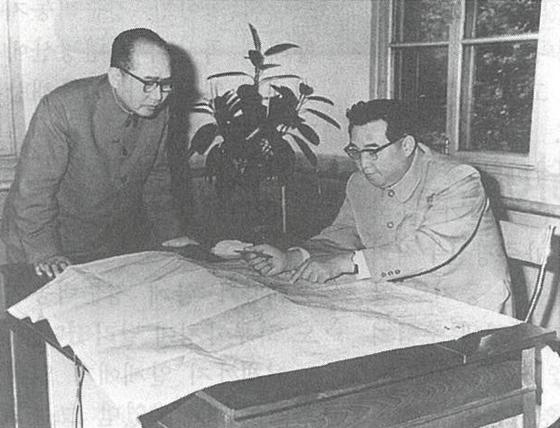 김일성이 1968년 평양시 승호지구를 현지지도하면서 정준택(사진 왼쪽)에게 사업방향을 지시하고 있다. [사진=월간 조국]