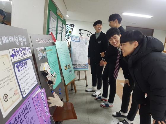 올해 첫 '숨요일'인 지난 8일 원주 치악고 학생들이 동아리에 가입하기 위해 안내문을 보고 있다. 치악고는 2015년 3월부터 숨요일을 운영 중이다. [사진 박진호 기자]