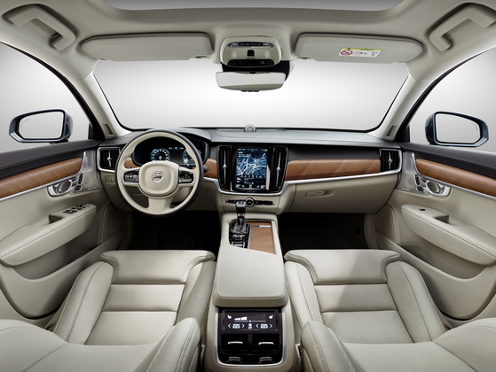 볼보 'S90' 실내. 가운데 대형 터치 스크린과 원목으로 마감한 디자인이 눈에 띈다. 손에 닿는 대부분이 부드러운 가죽이다. [사진 볼보코리아]