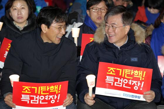 안희정 충남지사(왼쪽)와문재인 전 더불어민주당 대표. [사진 중앙포토]