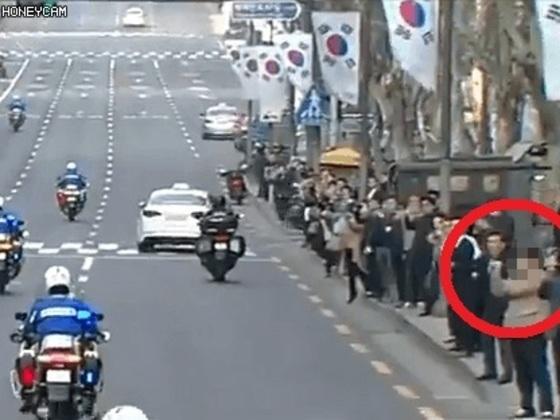 박근혜 전 대통령의 검찰 출두길에 손짓으로 욕을하는 시민(오른쪽 빨간 동그라미) 영상이 SNS를 통해 퍼지면서 논란이 되고 있다. [사진 독자 제보]