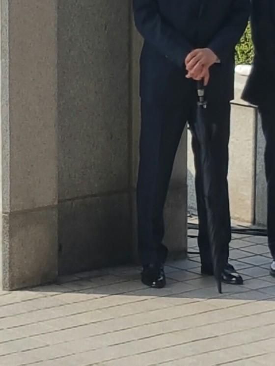 박근혜 전 대통령이 검찰에 나온 21일 오전 검정 우산을 든 남성들이 검찰청사 주변에 모습을 보였다.