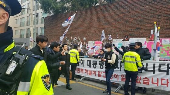 21일 이영선 전 청와대 행정관이 박근혜 전 대통령 자택으로 출근하고 있다. 중앙일보