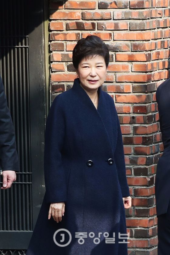 21일 오전 박근혜 전 대통령이 검찰 조사를 받기 위해 자택에서 나오고 있다. 20170321. 강남구 삼성동 / 장진영 기자