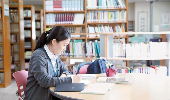 김민정양이 방과 후 학교 도서관에서 수학 문제를 풀고 있다. 하루 8시간의 자습 시간을 활용해 미리 세워둔 학습계획 10여 개를 달성하는 게 김양의 일과다. 사진 우상조 기자