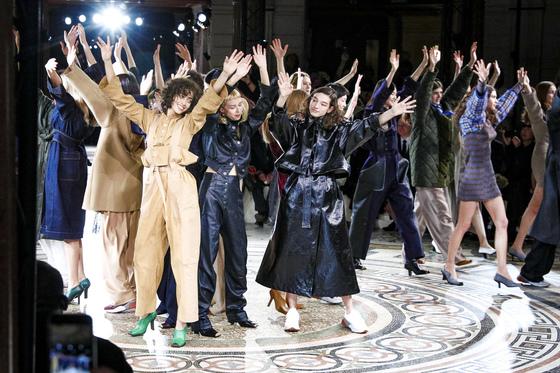스텔라 매카트니는 매번 파리 오페라 극장에서 쇼를 연다. 사진은 2017 가을·겨울 컬렉션 무대에서 모델들이 지난 크리스마스에 갑자기 숨진 조지 마이클의 '믿음(faith)'을 함께 부르는 장면.