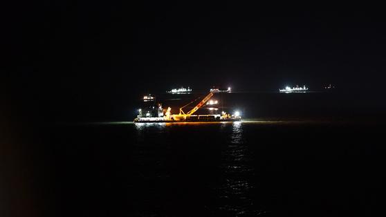 22일 밤 진도군 병풍도 북방 4.98km 세월호 침몰 현장에서 본인양이 이뤄지고 있다. [사진 해양수산부]