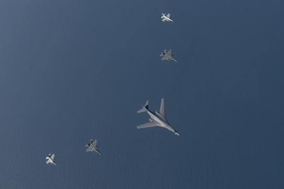 미 공군 전략폭격기 B-1B가 22일 한반도 상공에서 한국 공군 F-15K 2대와 KF-16 2대와 함께 연합훈련을 실시하고 있다. [사진 공군]
