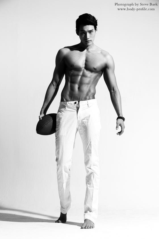 통통한 몸매였던 박성채(서울대 연구원)씨는 12주간 자신만의 방법으로 보디프로필 촬영을 준비했다. [사진 스티브백]