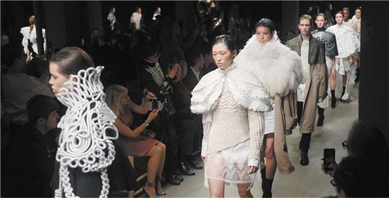 영국 런던 소호에 있는 메이커스 하우스에서 열린 버버리 2월 패션쇼.모델들이 케이프를 걸치고 피날레 워킹을 하고 있다.