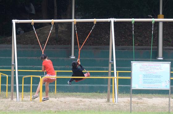 초등학교 운동장에서 중도입국 청소년들이 그네를 타는 모습. [중앙포토]