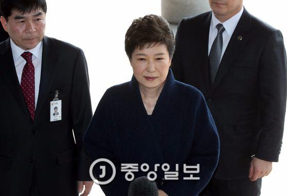 박근혜 전 대통령이 21일 서울중앙지검에 출두하는 모습 [중앙포토]