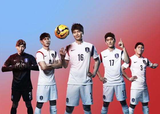 축구대표팀이 23일중국과의 러시아월드컵 최종예선경기에 흰색 원정 유니폼을 입는다. [사진 중앙포토]