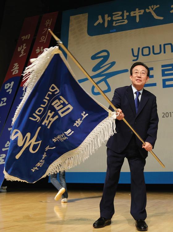 2월 14일 대구 엑스코에서 열린 지지모임인 '용포럼' 창립대회에서 김관용 경북지사가 깃발을 흔들고 있다. [중앙포토]